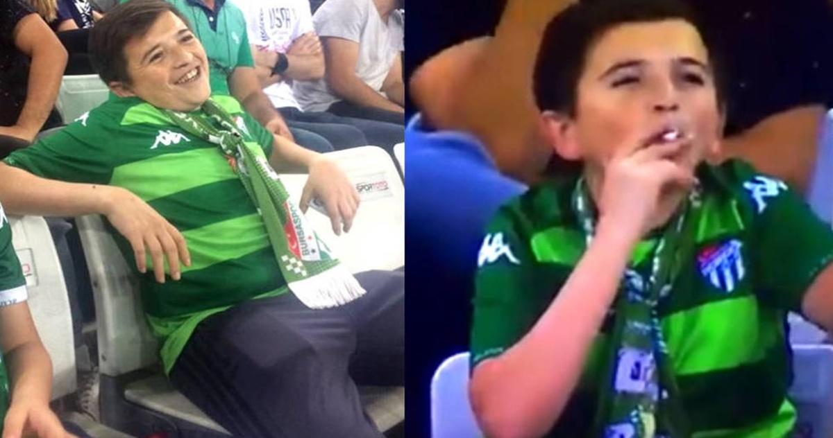 Niño turco es pillado fumando en el estadio – ¡INCREÍBLE!