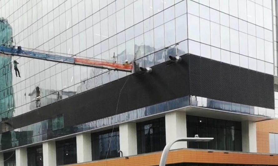Limpiacristales choca con un rascacielos en Canadá: ¡CASI MUEREN LOS TRABAJADORES!