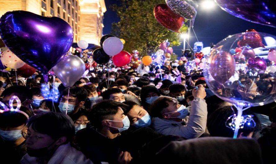 Wuhan sin remordimiento: Celebrando el año nuevo en masas